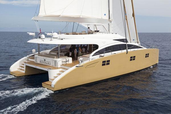 来源于超级游艇的灵感,这艘双体帆船有着匀称的呈流线型的舱室,顶部